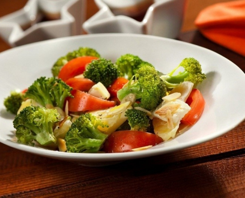 ensalada de brocoli y tomate comida saludable